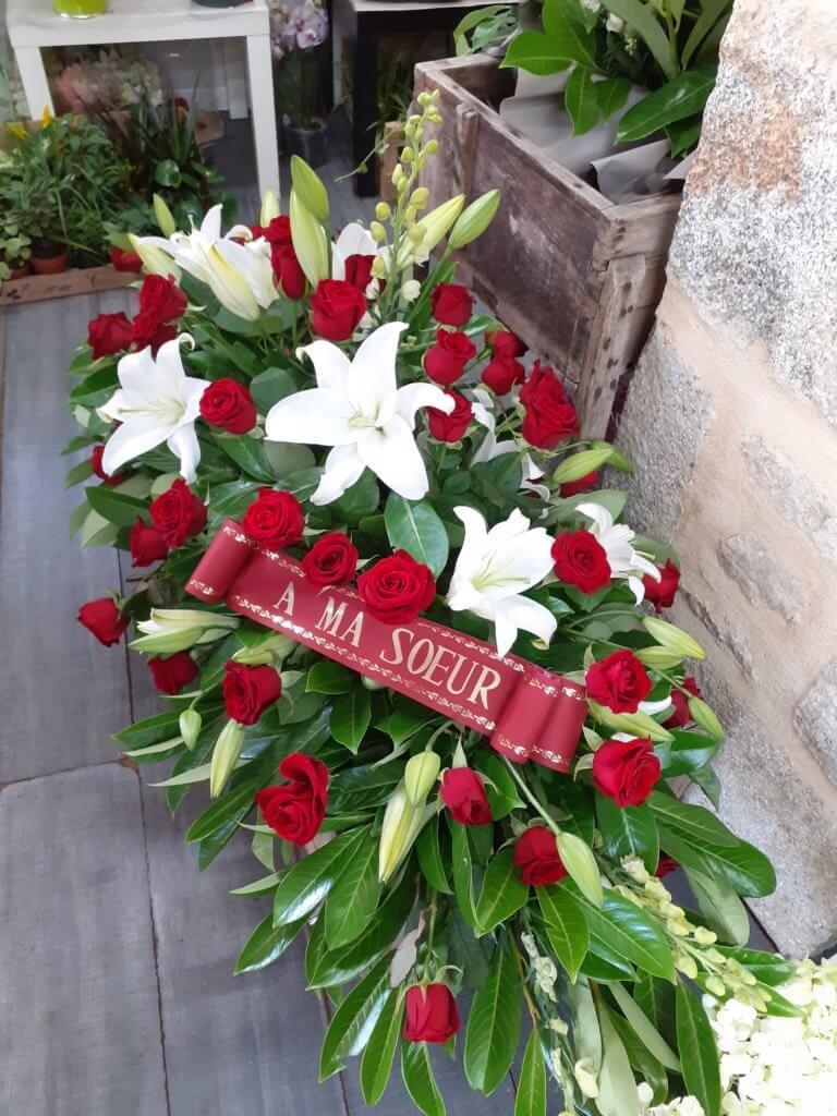 Dessus de cercueil avec roses rouges et Lys blanc