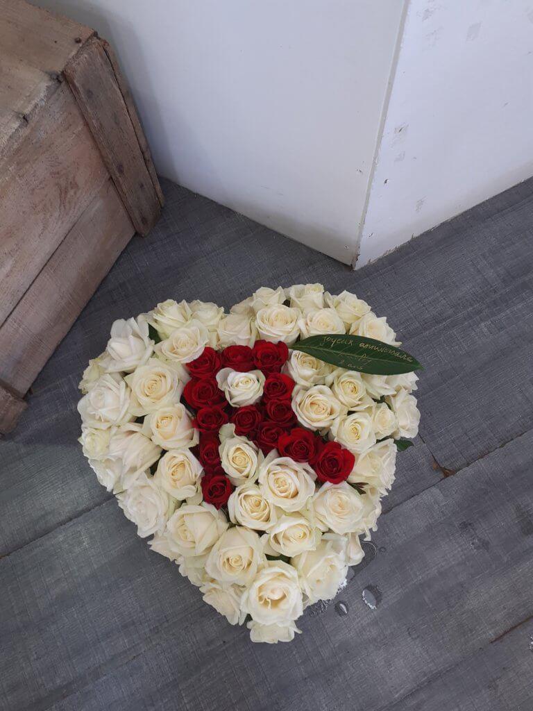 Coeur avec roses blanche et un R écrit en roses rouges