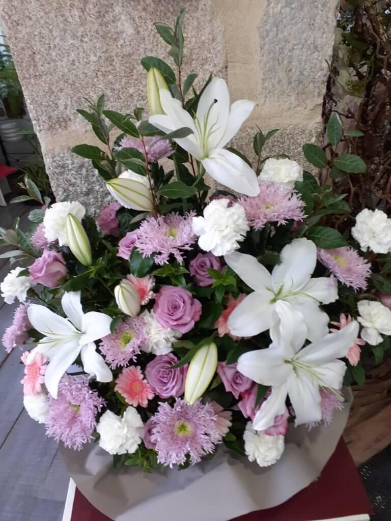 Composition deuil avec roses et lys