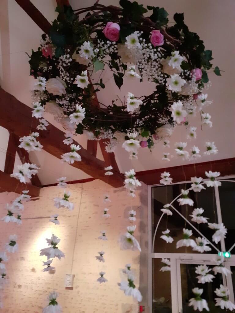 Couronne de fleurs en suspension pour réception de mariage