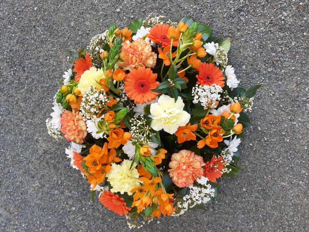 Coussin de deuil avec fleurs orange