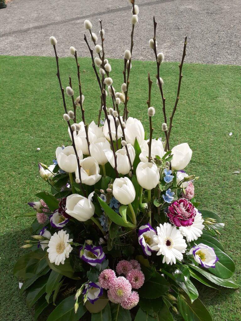 Composition de deuil avec tulipes blanches