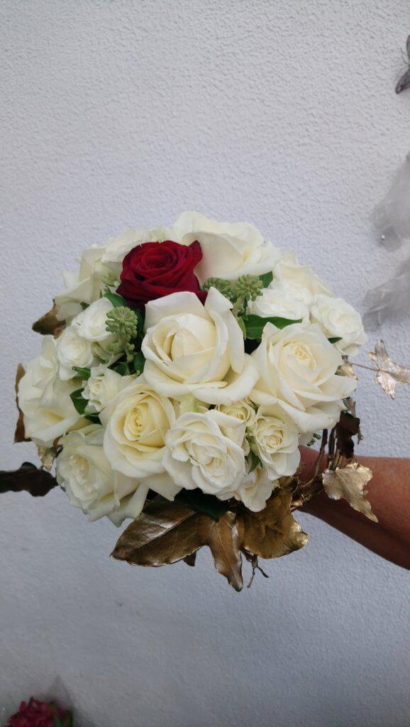 Bouquet de mariée roses blanches et rouge